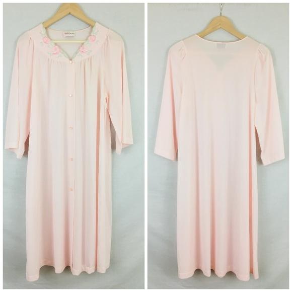 ab0fc77c478 Shadowline Vintage Embroidered Nylon Nightgown M. M 5c194847c2e9fe399916b60c
